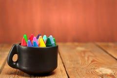 Crayons dans une tasse sur une table en bois Image libre de droits
