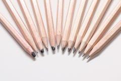 Crayons de charbon de bois sur un fond blanc Images libres de droits