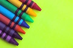 Crayons de cire sur le backgrou jaune Photographie stock libre de droits
