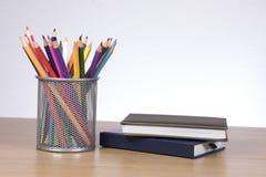Crayons de Colore dans des carnets se tenants prêt de récipient Photo stock