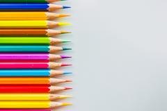 Crayons de couleur au-dessus de la fin blanche de fond  Photo stock