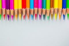 Crayons de couleur au-dessus de la fin blanche de fond  Photos libres de droits