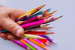 Crayons de couleur au-dessus de la fin blanche de fond  Photographie stock