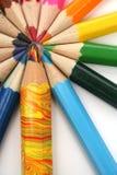 Crayons de couleur autour du frère multicolore Images libres de droits