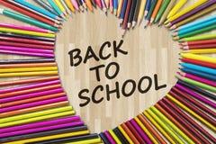 Crayons de couleur avec de nouveau au texte d'école Images libres de droits