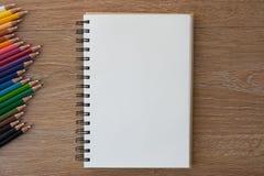 Crayons de couleur avec le carnet Images libres de droits