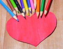 Crayons de couleur avec le coeur Photographie stock