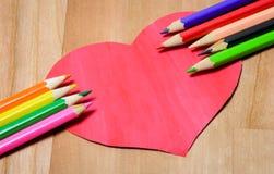 Crayons de couleur avec le coeur Image libre de droits