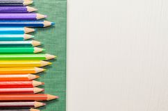 Crayons de couleur, carnet sur le fond blanc Image stock