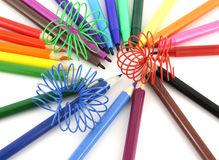 Crayons de couleur, crayons lecteurs feutres et spirales Photo stock