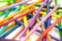 Crayons de couleur désordonnés dans différentes directions sur le fond blanc photos libres de droits