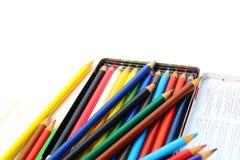 Crayons de couleur d'isolement au-dessus du fond blanc Image stock