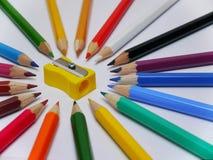 Crayons de couleur d'isolement sur le fond blanc photographie stock libre de droits