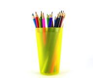 Crayons de couleur dans l'appui vertical jaune Images libres de droits