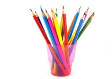 Crayons de couleur dans l'appui vertical rose Image stock