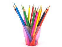 Crayons de couleur dans l'appui vertical rose Images stock