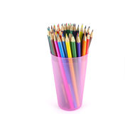 Crayons de couleur dans le support rose Image stock