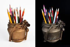 Crayons de couleur dans un pot images stock