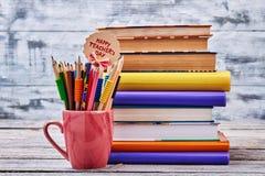 Crayons de couleur dans une tasse rouge Photographie stock