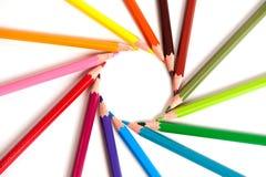 Crayons de couleur disposés en cercle Image libre de droits
