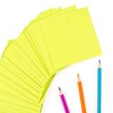 Crayons de couleur et feuilles de papier Photographie stock libre de droits
