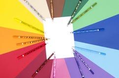 Crayons de couleur et papier blanc de feuille Images libres de droits