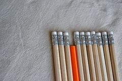 Crayons de couleur, support hors de concept de foule Images libres de droits