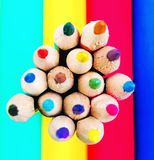 Crayons de couleur sur la partie colorée de fond Photo libre de droits