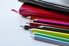 Crayons de couleur sur la table images stock
