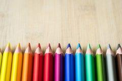 Crayons de couleur sur la texture en bois Photo stock