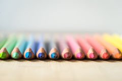 Crayons de couleur sur la texture en bois Images libres de droits