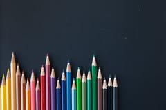 Crayons de couleur sur le blackborad Photo stock