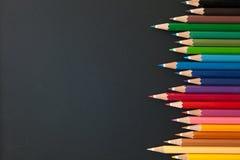 Crayons de couleur sur le blackborad Images stock