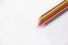 Crayons de couleur sur le fond blanc Photo stock