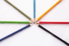 Crayons de couleur sur le fond blanc Photos stock