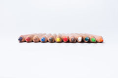 Crayons de couleur sur le fond blanc Beaux crayons de couleur Crayons de couleur pour le dessin D'isolement De nouveau au concept Image stock