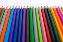 Crayons de couleur sur le fond blanc Beaux crayons de couleur Crayons de couleur pour le dessin D'isolement De nouveau au concept Photo stock