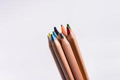 Crayons de couleur sur le fond blanc Beaux crayons de couleur Crayons de couleur pour le dessin De nouveau au concept d'école Photos libres de droits