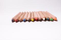 Crayons de couleur sur le fond blanc Beaux crayons de couleur Crayons de couleur pour le dessin De nouveau au concept d'école Images libres de droits