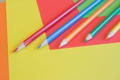 Crayons de couleur sur le fond coloré Beaux crayons de couleur Crayons de couleur pour le dessin De nouveau au concept d'école Photographie stock