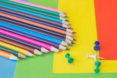 Crayons de couleur sur le fond coloré Beaux crayons de couleur Crayons de couleur pour le dessin De nouveau au concept d'école Images stock