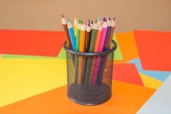 Crayons de couleur sur le fond coloré Beaux crayons de couleur Crayons de couleur pour le dessin De nouveau au concept d'école Image libre de droits