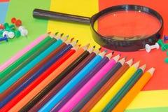 Crayons de couleur sur le fond coloré Beaux crayons de couleur Crayons de couleur pour le dessin De nouveau au concept d'école Images libres de droits