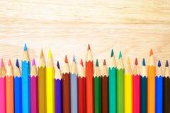 Crayons de couleur sur le fond en bois image libre de droits
