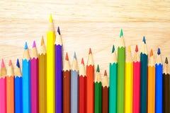 Crayons de couleur sur le fond en bois photographie stock libre de droits