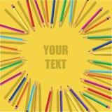 Crayons de couleur sur le fond jaune Photos stock