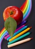 Crayons de couleur sur le fond noir Image libre de droits