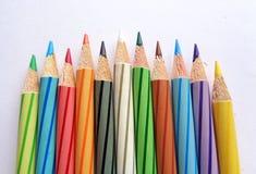Crayons de couleur sur le livre blanc images stock