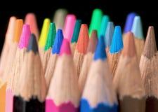 Crayons de couleur sur le noir Image libre de droits