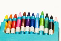 Crayons de couleur sur un fond blanc Image stock